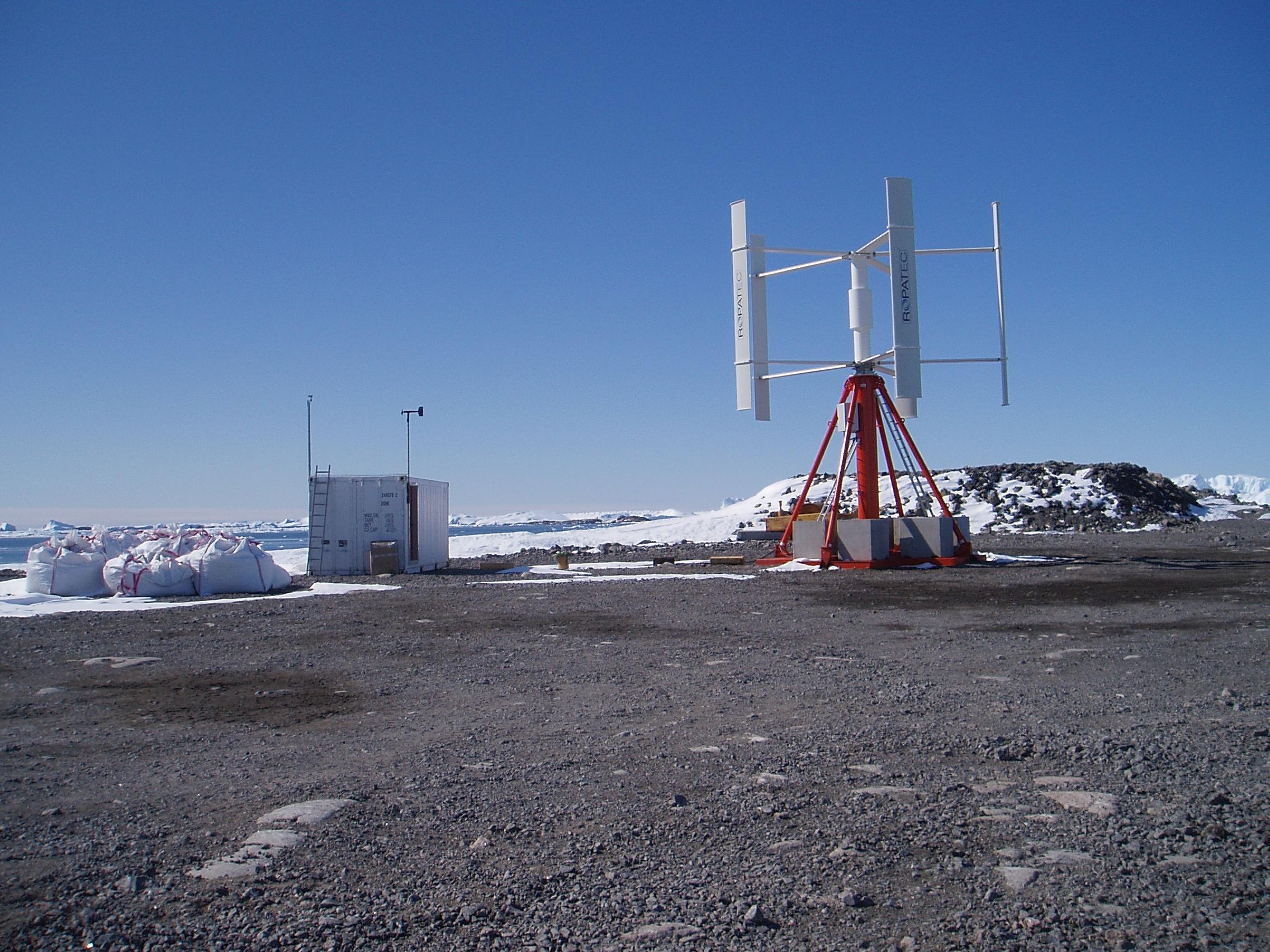 Installation d'éolienne et de panneaux solaires au cours d'une mission